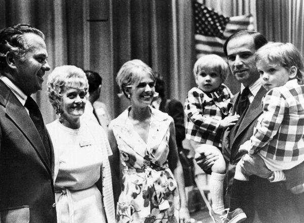 Сенатор Джо Байден с сыновьями на съезде демократов, 1972 год. В центре снимка его жена, Нейлия Байден, погибшая в автокатастрофе в конце декабря того же года. - Sputnik Latvija