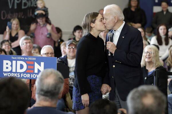 Джо Байден целует свою внучку на президентской кампании  - Sputnik Latvija