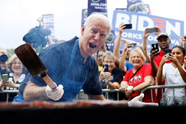 Кандидат в президенты США Джо Байден во время жарки стейка  - Sputnik Latvija
