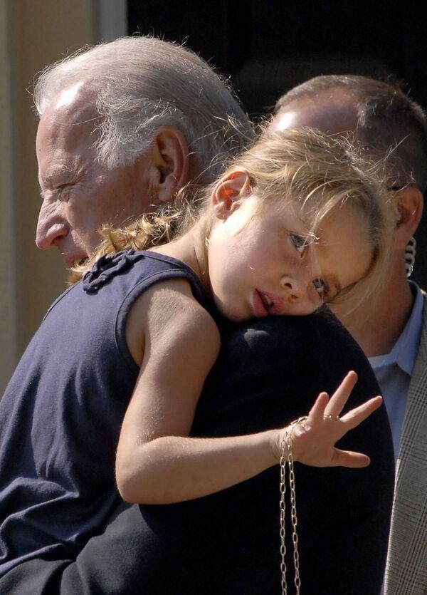 Сенатор Джо Байден с внучкой после церковной службы, 2008 год  - Sputnik Latvija