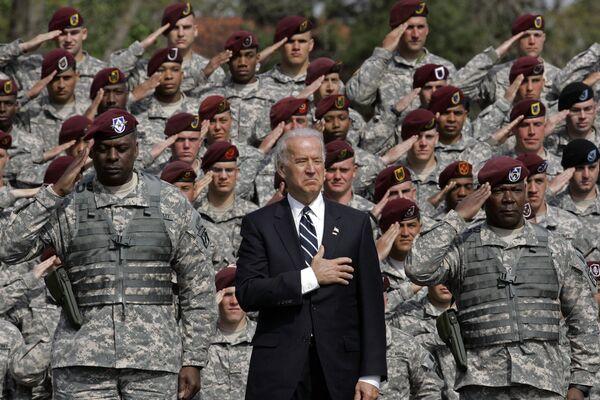 Вице-президент Джо Байден во время исполнения гимна с вернувшимися из Ирака военными  - Sputnik Latvija