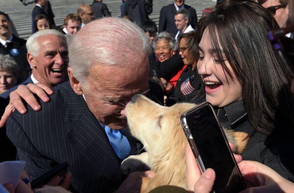 Бывший вице-президент Джо Байден с собакой в Вашингтоне  - Sputnik Latvija