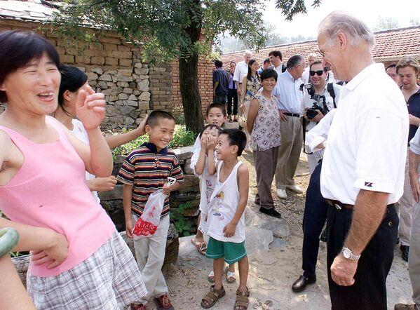 Председатель комитета сената США по международным отношениям Джо Байден во время визита в деревню Янзико на севере Китая  - Sputnik Latvija