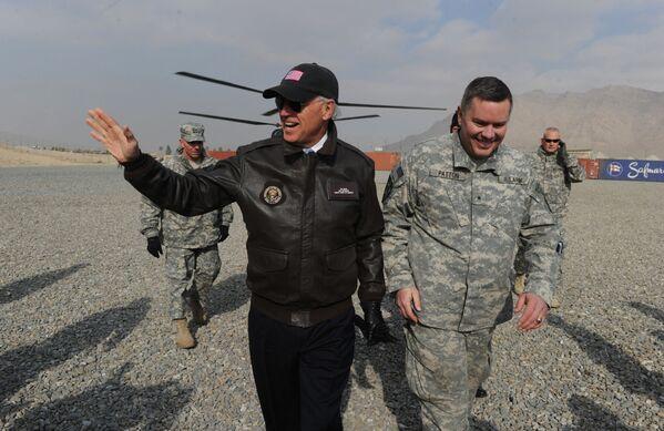 Вице-президент США Джо Байден в учебном центре Афганской национальной армии (АНА) в Кабуле, 2011 год  - Sputnik Latvija