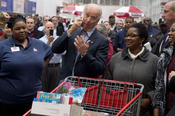 Вице-президент США Джо Байден во время посещения магазина Costco в Вашингтоне  - Sputnik Latvija
