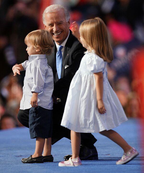 Кандидат в вице-президенты от Демократической партии сенатор Джо Байден с внуком и внучкой в Денвере  - Sputnik Latvija