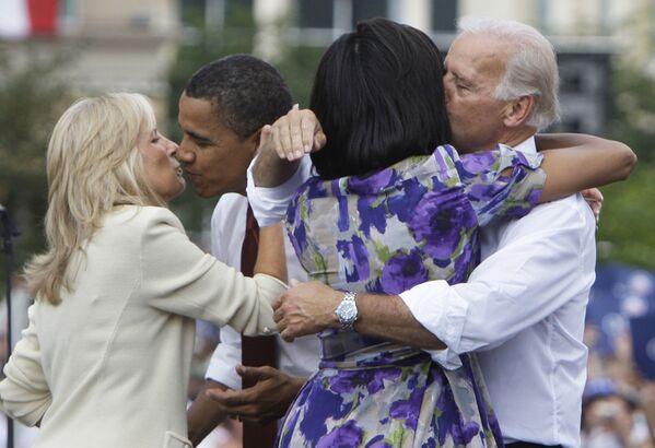 Кандидат в президенты Барак Обама и кандидат в вице-президенты Джо Байден с женами, 2008 год  - Sputnik Latvija