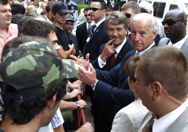 Вице-президент США Джозеф Байден и президент Украины Виктор Ющенко во время встречи с горожанами в Киеве - Sputnik Latvija