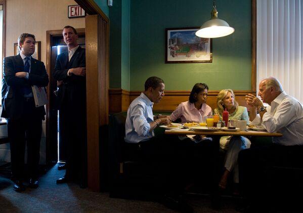 Кандидат в президенты Барак Обама и кандидат в вице-президенты Джо Байден с женами во время завтрака, 2008 год  - Sputnik Latvija