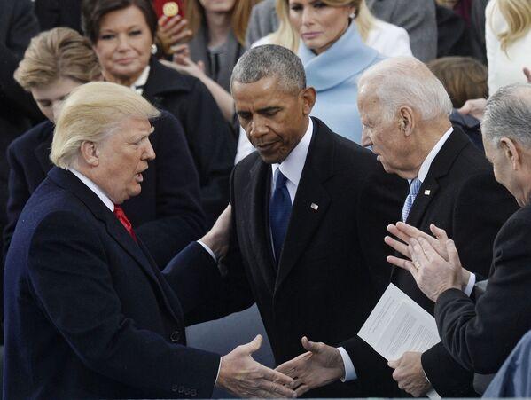 Президент США Дональд Трамп, бывший президент США Барак Обама и бывший вице-президент США Джо Байден на церемонии инаугурации в Вашингтоне, 2017 год - Sputnik Latvija