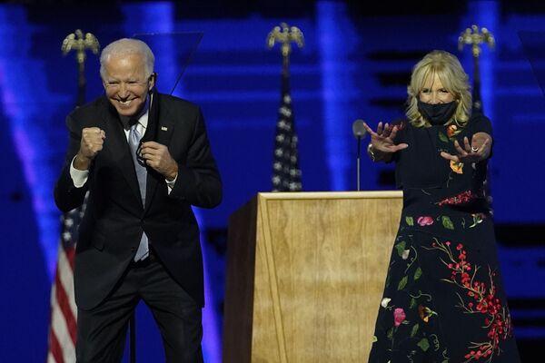 Избранный президент США Джо Байден с женой во время встречи со сторонниками  - Sputnik Latvija