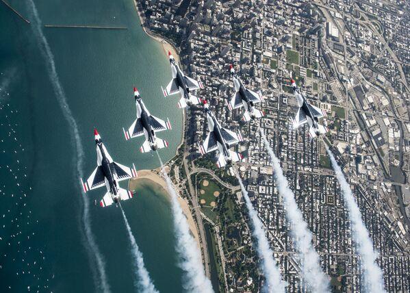 Пилоты Thunderbirds Delta выполняют маневр Delta Loop во время практического авиационно-водного шоу в Чикаго  - Sputnik Latvija