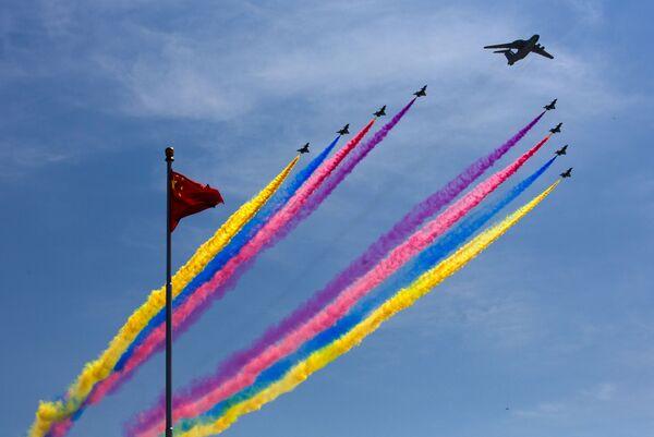 Система раннего предупреждения и управления KJ-2000 ведет истребители J-10 во время военного парада в Пекине - Sputnik Latvija