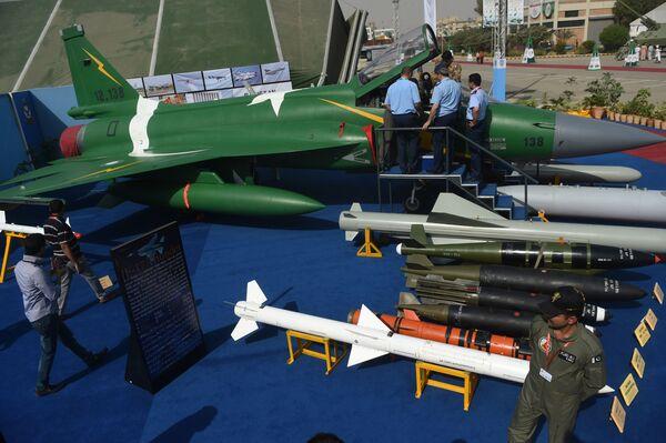 Многоцелевой боевой самолет JF-17 Thunder во время Международной оборонной выставки и семинара (IDEAS) 2016 в Карачи - Sputnik Latvija