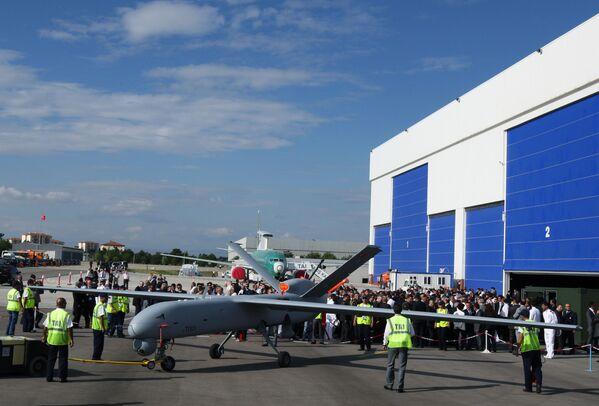 Первый в Турции беспилотный самолет Anka или Phoenix во время церемонии выкатки в TAI - Turkish Aerospace Space Industries Inc., недалеко от Анкары - Sputnik Latvija