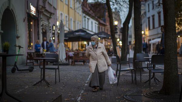 Пожилая женщина в защитной маске - Sputnik Латвия