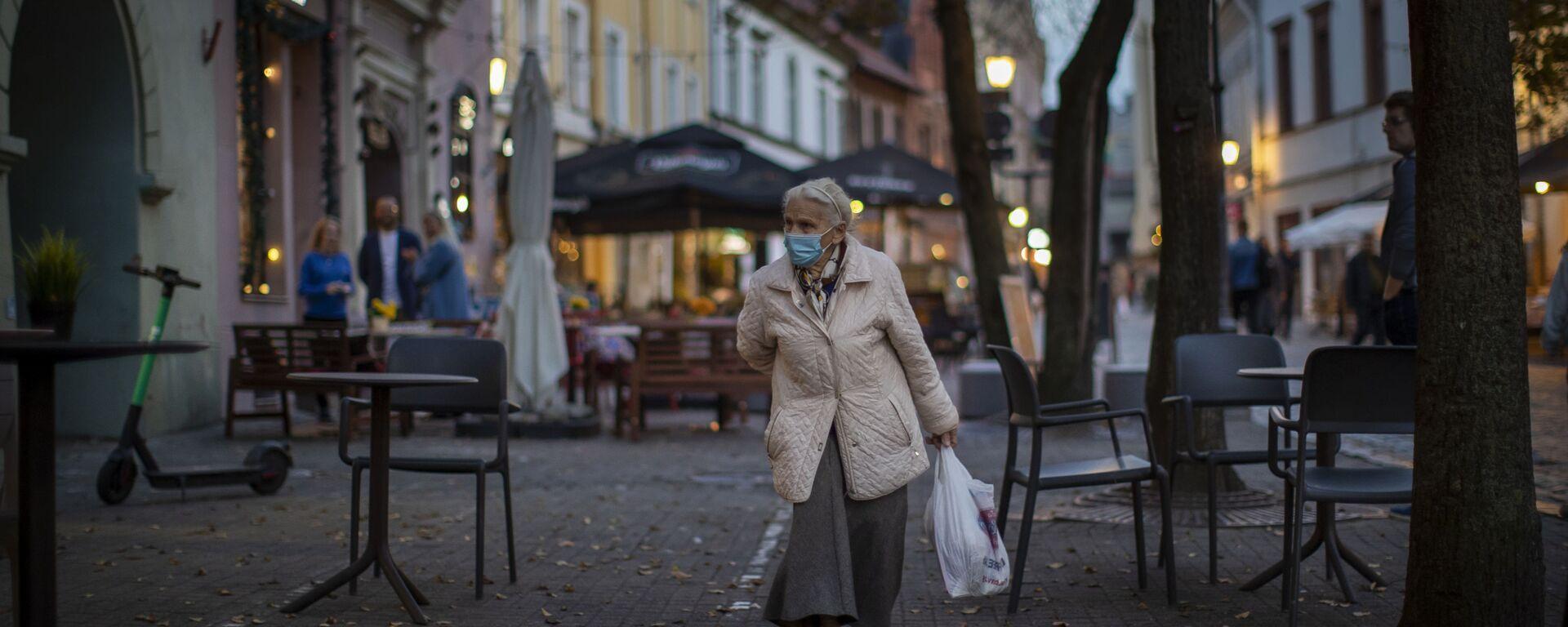 Пожилая женщина в защитной маске - Sputnik Latvija, 1920, 25.03.2021