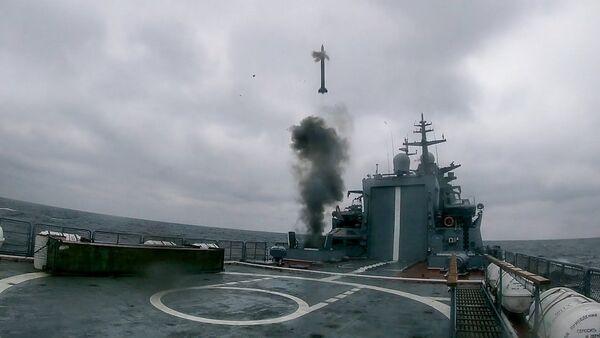 Стрельба корвета «Гремящий» по крылатой ракете-мишени в Балтийском море - Sputnik Latvija