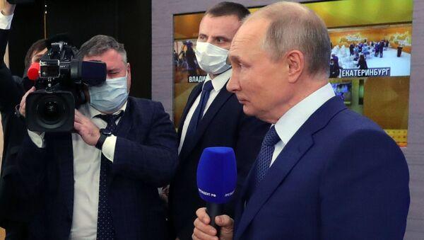 Президент РФ Владимир Путин во время общения с журналистами после большой ежегодной пресс-конференции, 17 декабря 2020 - Sputnik Latvija