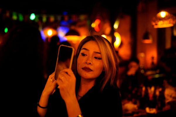 Девушка в ресторане Уханя - Sputnik Latvija