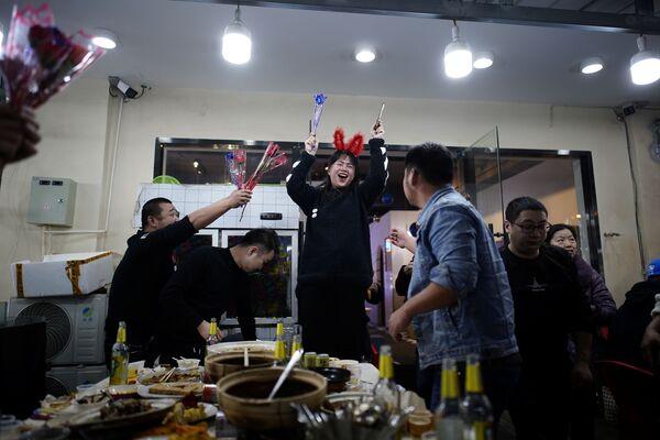 Люди празднуют день рождения в ресторане Уханя - Sputnik Latvija