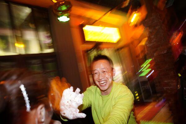 Посетители мажут друг друга кремом от праздничного торта в баре Уханя - Sputnik Latvija