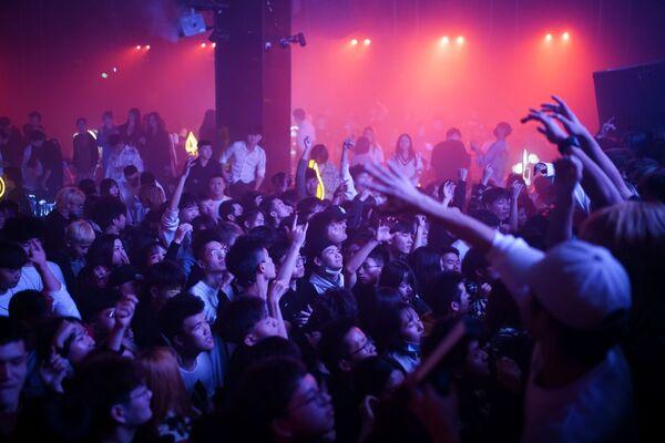 Посетители танцуют в ночном клубе в Ухане - Sputnik Latvija