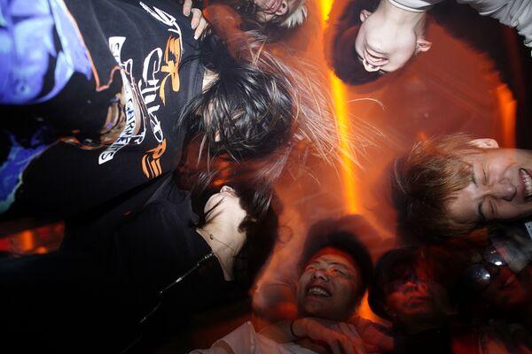 Люди танцуют в ночном клубе Уханя - Sputnik Latvija