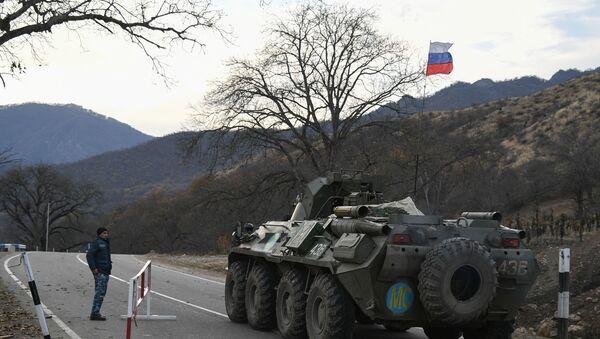 Бронетранспортер российских миротворцев в Нагорном Карабахе - Sputnik Latvija