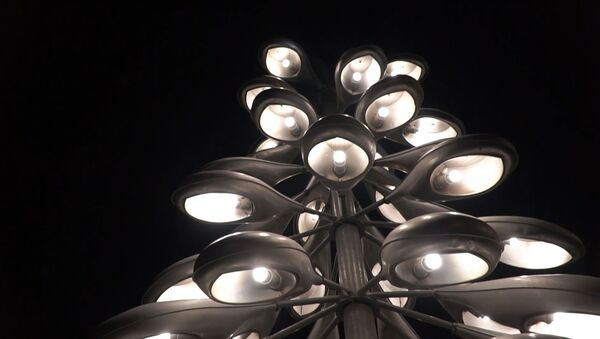 Ламповый Новый год: в Эстонии установили елку из старых дорожных фонарей - Sputnik Latvija