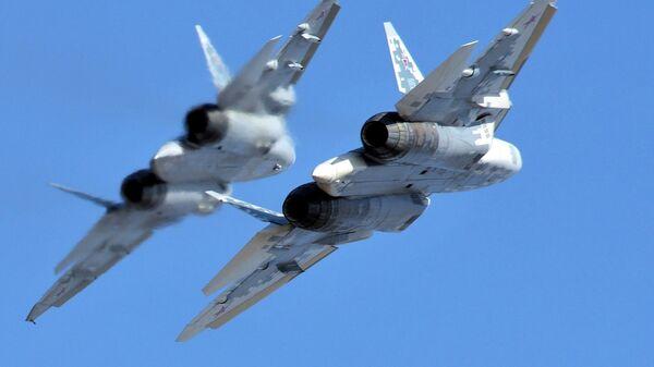 Многофункциональные истребители пятого поколения Су-57 во время полета - Sputnik Латвия