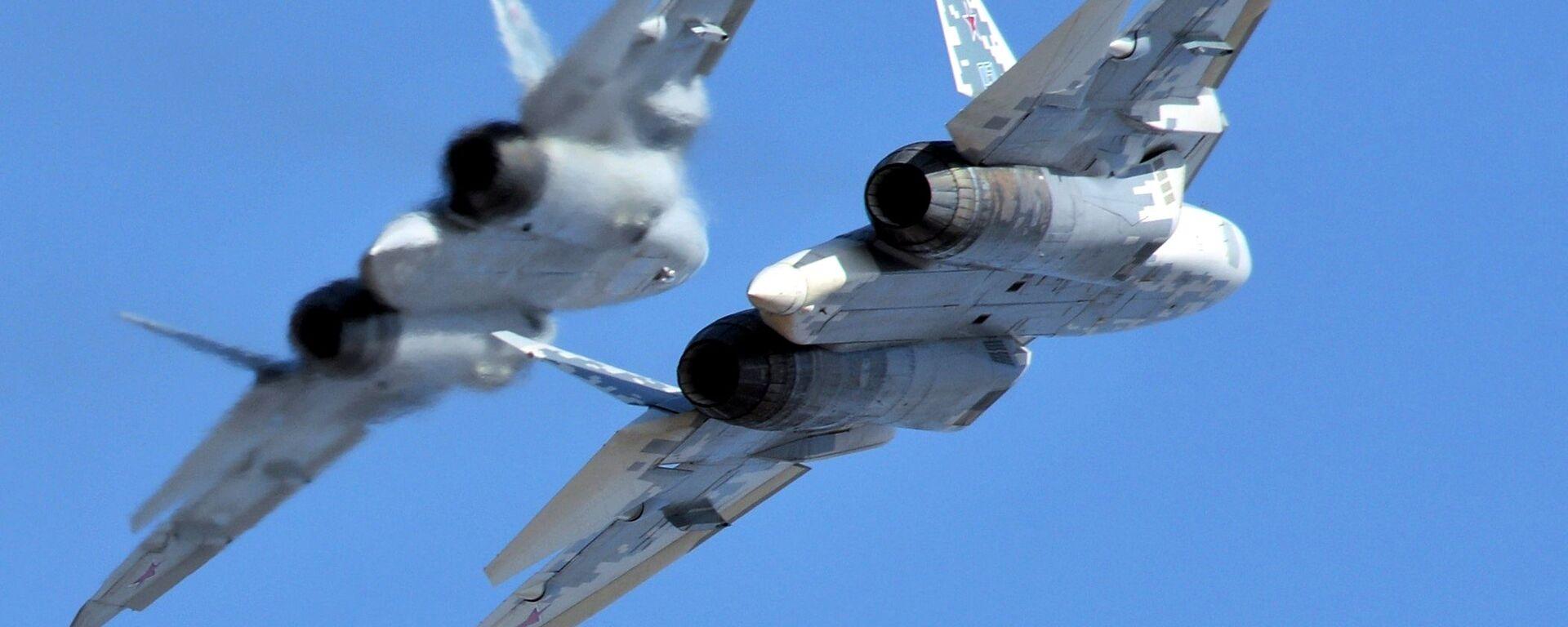 Многофункциональные истребители пятого поколения Су-57 во время полета - Sputnik Латвия, 1920, 02.07.2021