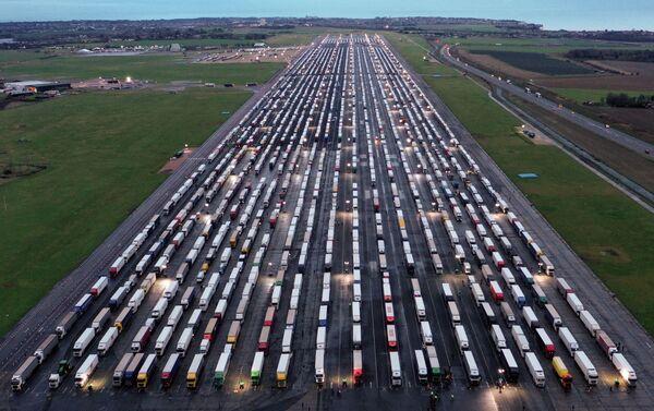 Kravas automašīnas uz Manstonas lidostas pacelšanās un nolaišanās joslas. Lidosta slēgta no 2014. gada - Sputnik Latvija