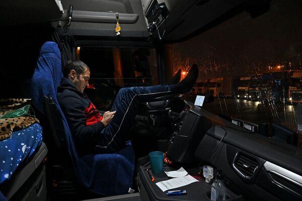Rumāņu autovadītājs savas mašīnas stāvvietā uz automaģistrāles M20 ceļā uz Duvru  - Sputnik Latvija