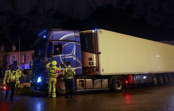 Otrdien policisti sāka novirzīt kravas mašīnas uz Manstonas lidostu, kur organizēti koronavīrusa testi  - Sputnik Latvija