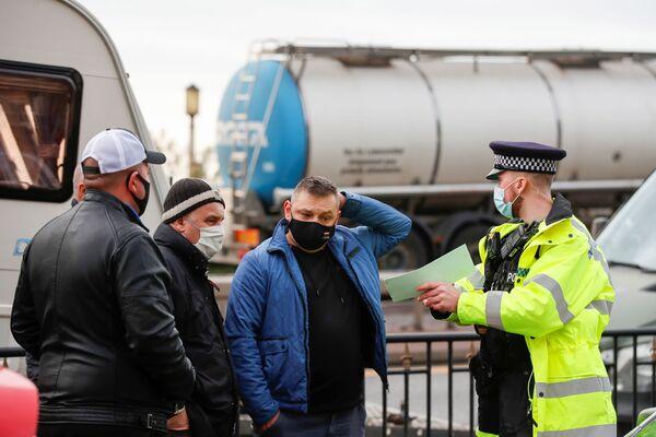 Policists sarunājas ar poļu autovadītājiem pie Duvras ostas un novirza mašīnas uz Manstonas lidostu - Sputnik Latvija
