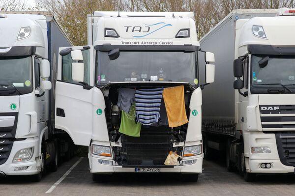 Autovadītāji rindā stāsta, ka apstākļi ir briesmīgi, iespējas piekļūt tualetēm un saņemt siltu ēdienu ir ierobežotas - Sputnik Latvija