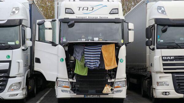 Одежда и полотенца сушатся в грузовике на стоянке для грузовиков в Эшфорде - Sputnik Латвия