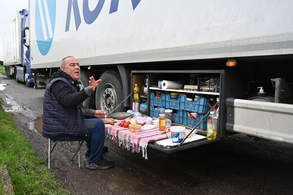 Turku tālbraucējs brokasto stāvvietā uz automaģistrāles M20 Anglijas dienvidaustrumos - Sputnik Latvija