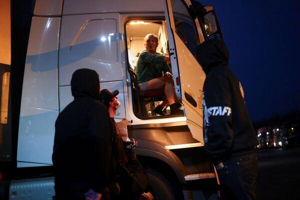 Čehu autovadītājs runājas ar kolēģiem starptautiskajā kravas automašīnu pieturvietā Ešfordā - Sputnik Latvija