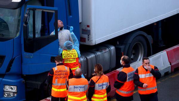 Французские официальные лица тестируют водителя в порту Дувра, 24 декабря 2020 года - Sputnik Latvija