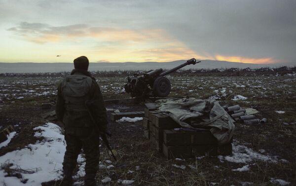Federālo spēku grupējuma karavīrs Gudermesas apkaimē - Sputnik Latvija