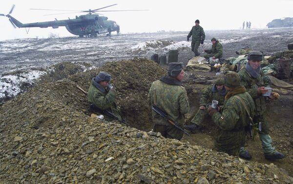 243. gaisa desanta pulka pozīcijas Gudermesas dienvidrietumos. Karavīru pusdienas - Sputnik Latvija