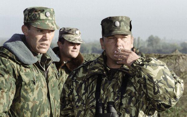 Federālo spēku Rietumu grupējuma komandieris Ziemeļkaukāzā ģenerālmajors Vladimirs Šamanovs (no labās) - Sputnik Latvija