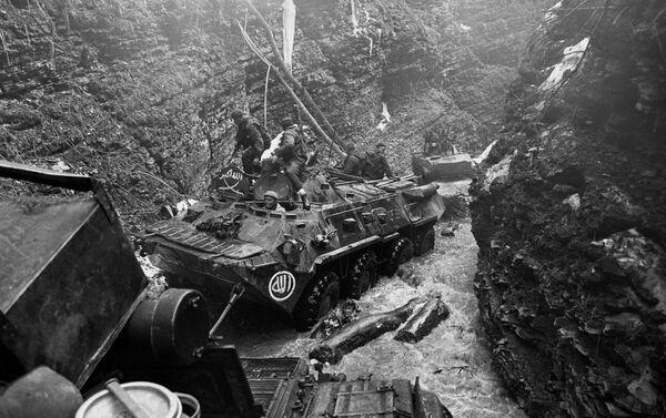 Krievijas Gaisa desanta 45. Speciālās izlūku vienības operācija ar mērķi atrast un likvidēt čečenu bandītu vienību nometnes Basas upes kalnu ielejā, Ļeņina smaile (augstums - 1500 m) - Sputnik Latvija