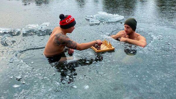 Ник Макнот и Рон Бэт играют в шахматы на льду в Оук-Лейк, Онтарио, Канада - Sputnik Латвия