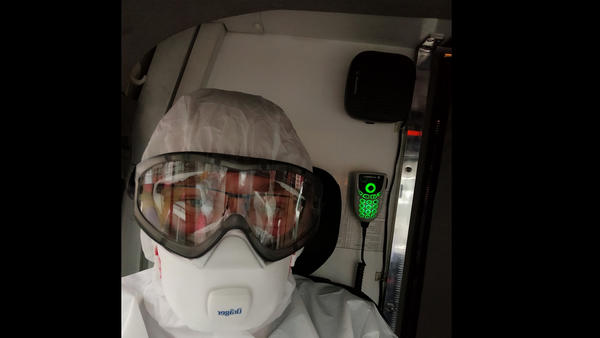 Водитель скорой едет на вызов к инфицированному COVID-19 - Sputnik Латвия
