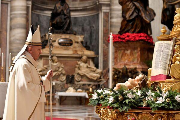 Папа Римский Франциск во время праздничной мессы в базилике Святого Петра в Ватикане - Sputnik Latvija