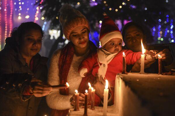 Верующие зажигают свечи в канун Рождества в соборе в Амритсаре, Индия  - Sputnik Latvija