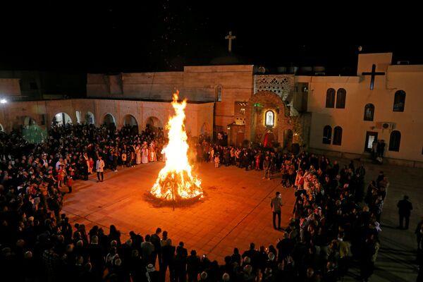 Верующие у костра во время мессы в Сочельник в Ираке - Sputnik Latvija